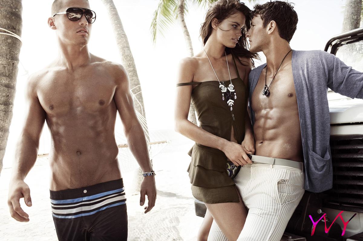 Юноши модели на пляже 7 фотография